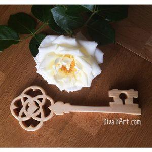 Ръчно изработен декоративен ключ от дърво