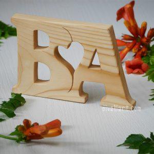 Дървени инициали със серце