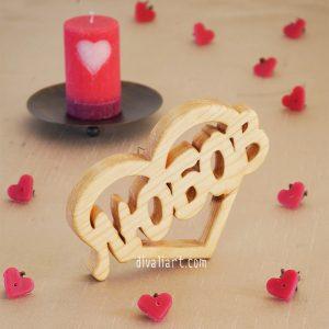 """дървен надпис """"Любов"""" в сърце"""