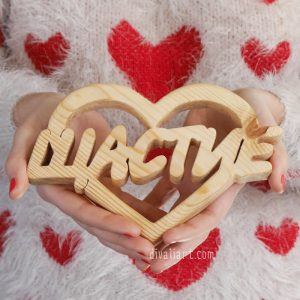 """дървен надпис """"Щастие в сърце"""""""