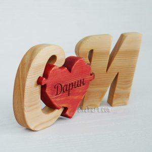 Дървен пъзел с инициали и гравирано име